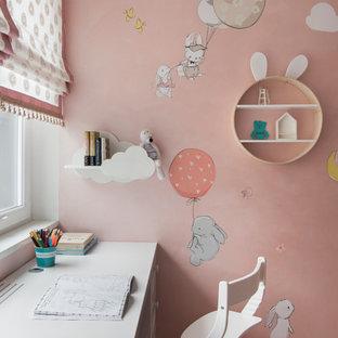 Foto di una piccola cameretta da bambina da 4 a 10 anni design con pareti rosa e pavimento in sughero