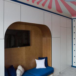 Immagine di una cameretta per bambini da 4 a 10 anni boho chic di medie dimensioni con pareti beige, moquette e pavimento grigio