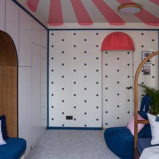 Пример оригинального дизайна: детская в стиле фьюжн с спальным местом, разноцветными стенами, ковровым покрытием и серым полом для девочки