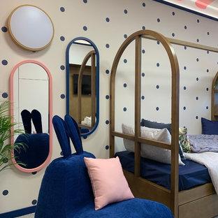 Idee per una cameretta per bambini da 4 a 10 anni boho chic di medie dimensioni con pareti beige, moquette e pavimento grigio