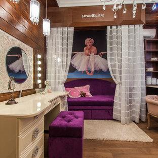 Ispirazione per una cameretta per bambini boho chic di medie dimensioni con pareti marroni e pavimento in legno massello medio