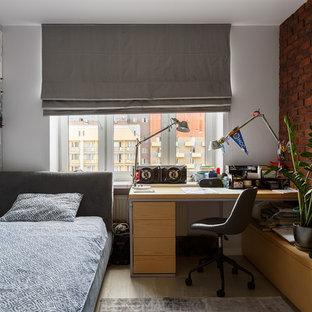 Idée de décoration pour une chambre d'enfant urbaine avec un mur blanc, un sol en bois clair et un sol beige.