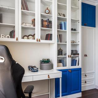 Идея дизайна: детская в стиле современная классика с рабочим местом, белыми стенами, темным паркетным полом и коричневым полом для мальчика