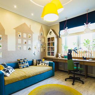 Ejemplo de habitación infantil unisex de 4 a 10 años, actual, con suelo de madera clara y paredes multicolor