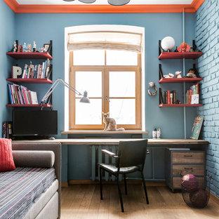 Пример оригинального дизайна интерьера: детская в стиле лофт с рабочим местом, синими стенами, паркетным полом среднего тона и бежевым полом для мальчика