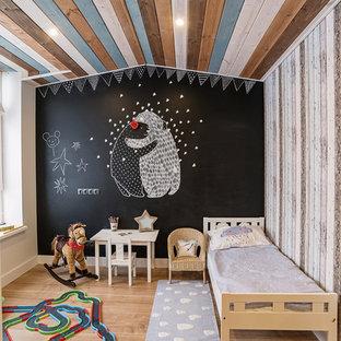 Modelo de dormitorio infantil de 4 a 10 años, nórdico, con paredes multicolor y suelo de madera en tonos medios