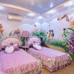Idées déco pour une chambre d'enfant éclectique de taille moyenne avec un mur violet, un sol en liège et un sol beige.