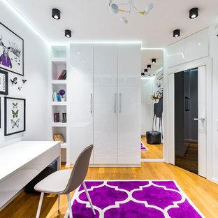 Идея дизайна: нейтральная детская в современном стиле с рабочим местом, белыми стенами, светлым паркетным полом и бежевым полом
