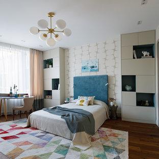 Идея дизайна: детская в современном стиле с спальным местом, бежевыми стенами и темным паркетным полом для ребенка от 4 до 10 лет, девочки