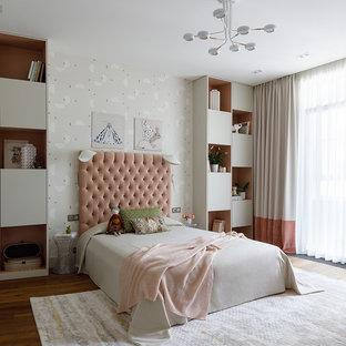 На фото: детская в современном стиле с спальным местом, бежевыми стенами, паркетным полом среднего тона и коричневым полом для ребенка от 4 до 10 лет, девочки