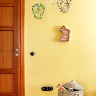 Idéer för ett mellanstort modernt könsneutralt barnrum för 4-10-åringar, med gula väggar, laminatgolv och orange golv