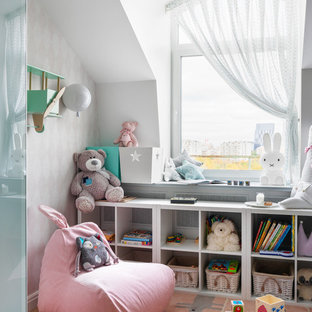 Modernes Kinderzimmer mit Spielecke, weißer Wandfarbe, Teppichboden und rosa Boden in Moskau