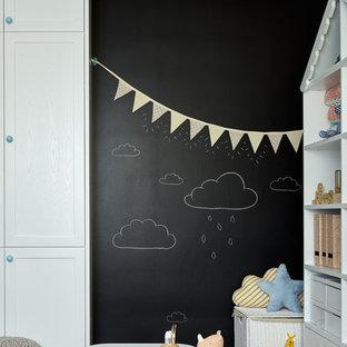 Modern inredning av ett stort barnrum, med mellanmörkt trägolv och svarta väggar