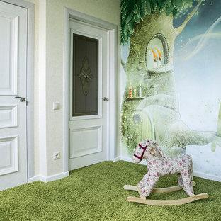 Esempio di una grande cameretta per bambini da 4 a 10 anni chic con pareti multicolore, moquette e pavimento verde
