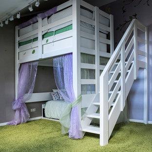 Ispirazione per una grande cameretta per bambini da 4 a 10 anni country con pareti grigie, moquette e pavimento verde
