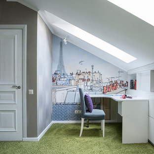 Создайте стильный интерьер: большая детская в современном стиле с рабочим местом, разноцветными стенами, ковровым покрытием и зеленым полом для ребенка от 4 до 10 лет, девочки - последний тренд