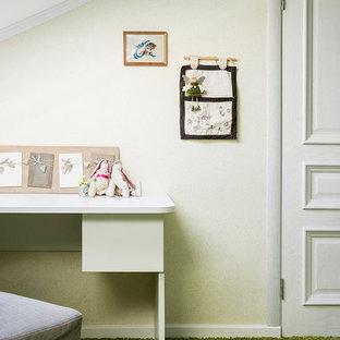 Modelo de habitación de niña de 4 a 10 años, clásica renovada, grande, con escritorio, paredes verdes, moqueta y suelo verde