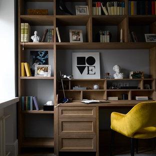 На фото: детская в современном стиле с рабочим местом и серыми стенами для мальчика