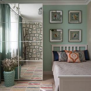 На фото: детская в стиле современная классика с спальным местом, зелеными стенами и светлым паркетным полом с