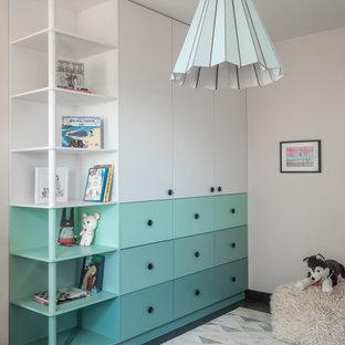 Пример оригинального дизайна: нейтральная детская среднего размера в современном стиле с спальным местом, серыми стенами, полом из ламината и черным полом для ребенка от 4 до 10 лет