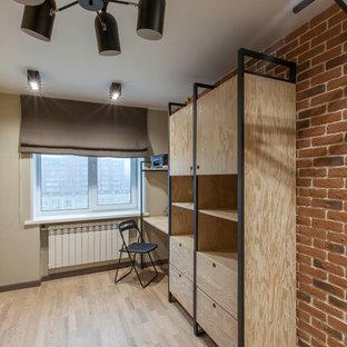 Diseño de dormitorio infantil actual, de tamaño medio, con parades naranjas, suelo de madera en tonos medios y suelo beige