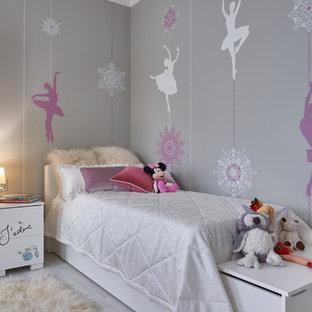 Пример оригинального дизайна: детская в современном стиле с спальным местом, серыми стенами, светлым паркетным полом и серым полом для ребенка от 4 до 10 лет, девочки