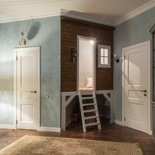 Imagen de dormitorio infantil de 4 a 10 años, tradicional, de tamaño medio, con suelo de madera oscura, suelo marrón y paredes multicolor