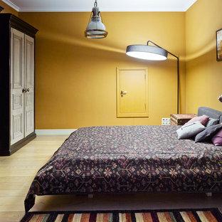 Ispirazione per una cameretta per bambini boho chic di medie dimensioni con pareti gialle e parquet chiaro