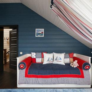 Идея дизайна: детская в морском стиле с спальным местом, синими стенами, темным паркетным полом и коричневым полом для ребенка от 4 до 10 лет