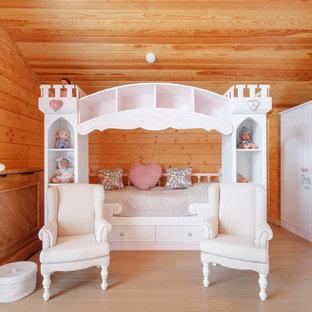 Foto di una grande cameretta per bambini da 4 a 10 anni con pareti beige, pavimento in laminato e pavimento beige