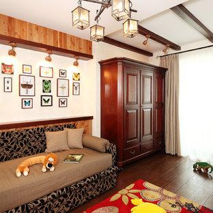 Foto di una cameretta per bambini da 4 a 10 anni country di medie dimensioni con pareti beige, parquet scuro e pavimento marrone