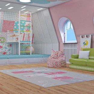 Idee per una grande cameretta per bambini da 4 a 10 anni minimal con pareti rosa, pavimento in laminato e pavimento multicolore