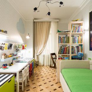 На фото: нейтральная детская среднего размера в стиле современная классика с спальным местом, белыми стенами, полом из ламината и бежевым полом для ребенка от 4 до 10 лет с