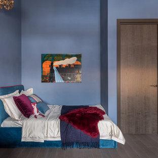 Неиссякаемый источник вдохновения для домашнего уюта: нейтральная детская в современном стиле с синими стенами, спальным местом, темным паркетным полом и коричневым полом