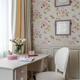 На фото: детская в стиле современная классика с рабочим местом, розовыми стенами, темным паркетным полом и коричневым полом для девочки с