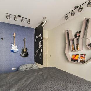 Aménagement d'une chambre d'enfant contemporaine de taille moyenne avec un mur bleu, un sol en liège et un sol bleu.