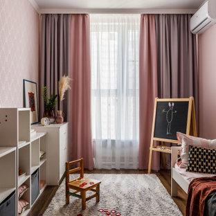 Стильный дизайн: детская в современном стиле с спальным местом, розовыми стенами, темным паркетным полом, коричневым полом и обоями на стенах для ребенка от 4 до 10 лет, девочки - последний тренд