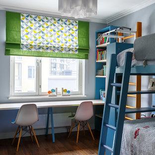 Пример оригинального дизайна интерьера: нейтральная детская среднего размера в стиле современная классика с паркетным полом среднего тона, спальным местом, серыми стенами и коричневым полом для ребенка от 4 до 10 лет