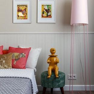 Свежая идея для дизайна: детская в стиле фьюжн с спальным местом, бежевыми стенами, паркетным полом среднего тона и коричневым полом для девочки - отличное фото интерьера