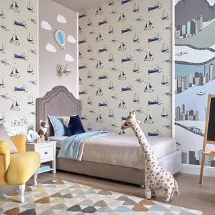 Exemple d'une grand chambre d'enfant de 4 à 10 ans chic avec un mur multicolore, un sol en bois clair et un sol beige.