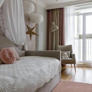 Стильный дизайн: детская в стиле современная классика с спальным местом, розовыми стенами, паркетным полом среднего тона и коричневым полом для ребенка от 4 до 10 лет, девочки - последний тренд