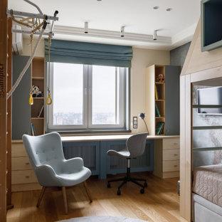 Идея дизайна: детская в современном стиле с рабочим местом, серыми стенами, паркетным полом среднего тона и коричневым полом для ребенка от 4 до 10 лет, мальчика