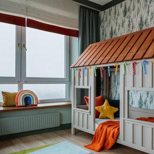 Esempio di una cameretta da letto design con pareti verdi, parquet chiaro, pavimento beige e carta da parati