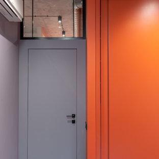 Inredning av ett modernt litet barnrum kombinerat med lekrum, med lila väggar och laminatgolv