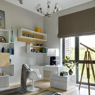 Idee per una cameretta per bambini minimal con pareti grigie, parquet chiaro e pavimento beige