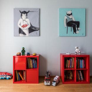 Ispirazione per una grande cameretta per bambini da 4 a 10 anni contemporanea con pareti verdi, pavimento in legno massello medio e pavimento giallo