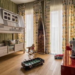 Cette photo montre une grand chambre d'enfant de 4 à 10 ans tendance avec un mur vert, un sol en bois brun et un sol jaune.