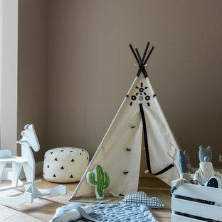 Cette image montre une chambre d'enfant design avec un mur marron, un sol en bois clair et un sol beige.