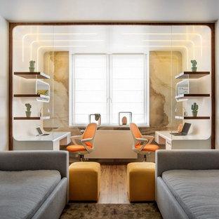 Неиссякаемый источник вдохновения для домашнего уюта: детская среднего размера в современном стиле с белыми стенами, бежевым полом и паркетным полом среднего тона для мальчика, подростка