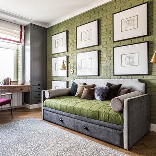 Esempio di una cameretta da bambino classica con pareti verdi, pavimento marrone e pavimento in legno massello medio